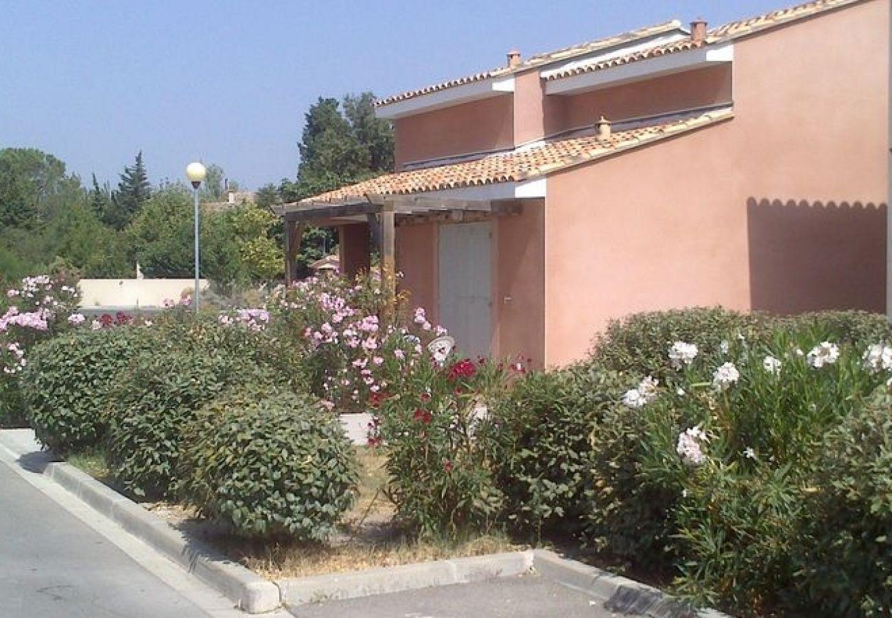 Townhouse in Saint-Saturnin-lès-Avignon - SAINT SATURNIN LES AVIGNON - BASTIDES LES RIVES DU LAC 6 PERS