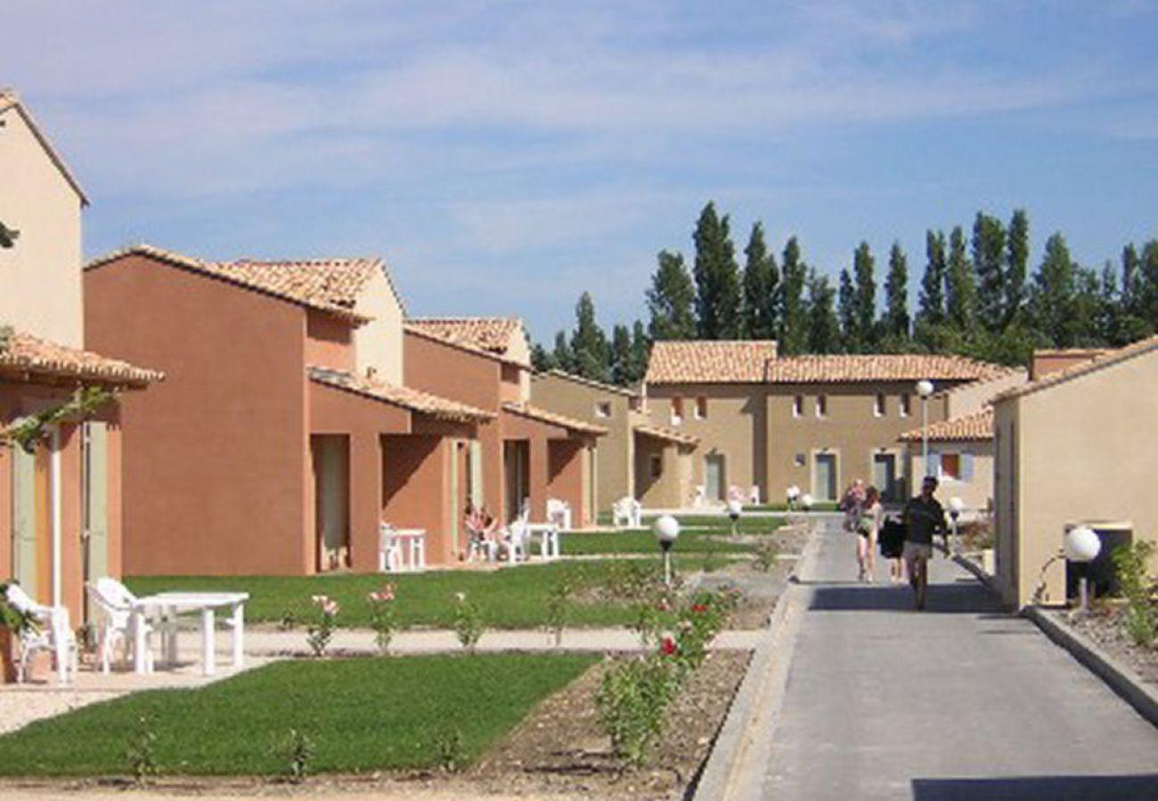 Townhouse in Saint-Saturnin-lès-Avignon - SAINT SATURNIN LES AVIGNON - BASTIDES LES RIVES DU LAC 8 PERS