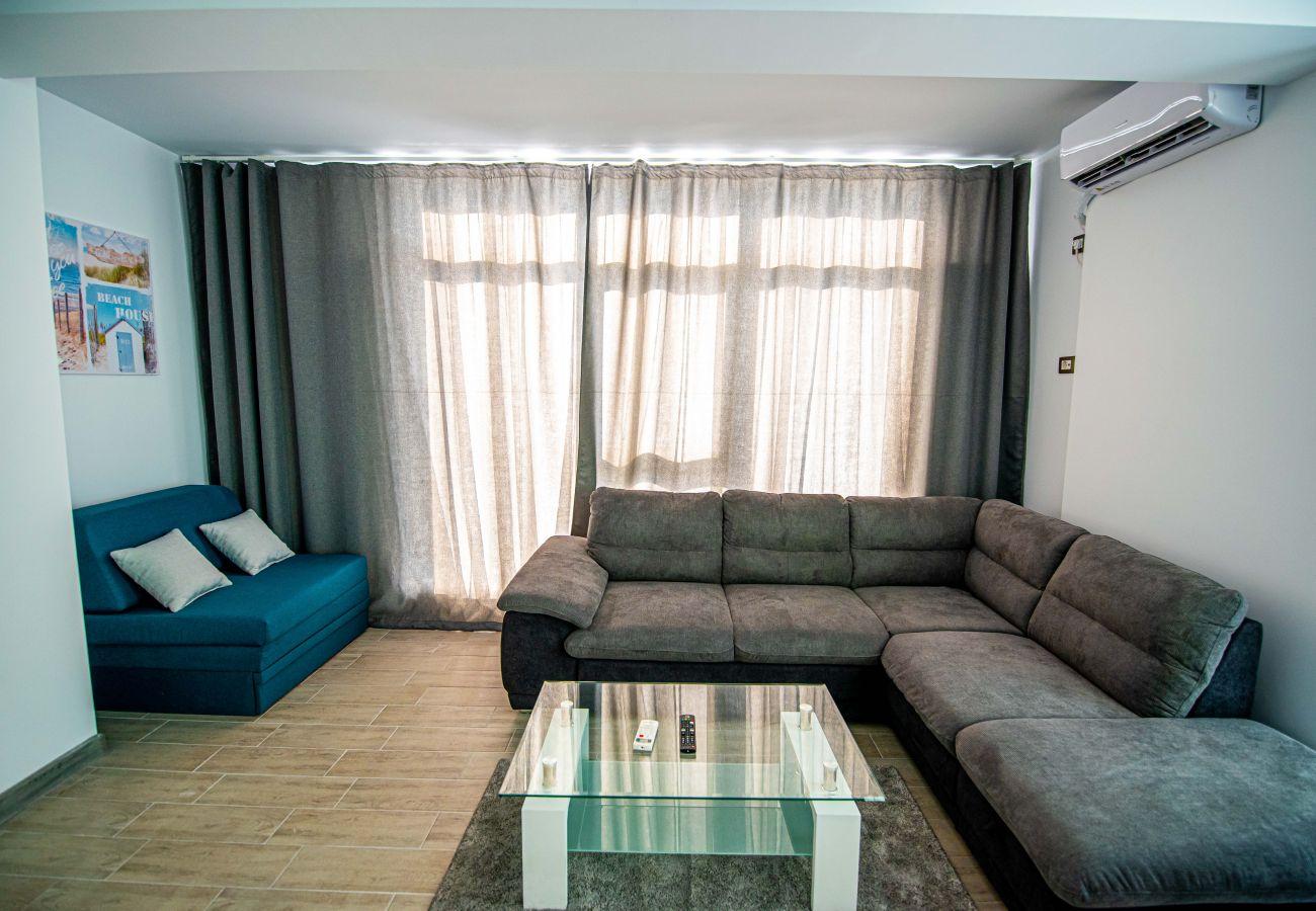 Apartment in Mamaia Nord - Apartment Katrina near the Beach with Balcony